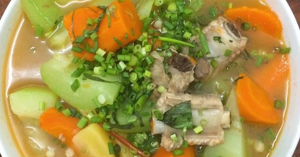 Canh sườn nấu su hào cà rốt