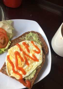 Bữa sáng lành mạnh gọn lẹ với sanwich bơ và socola nóng