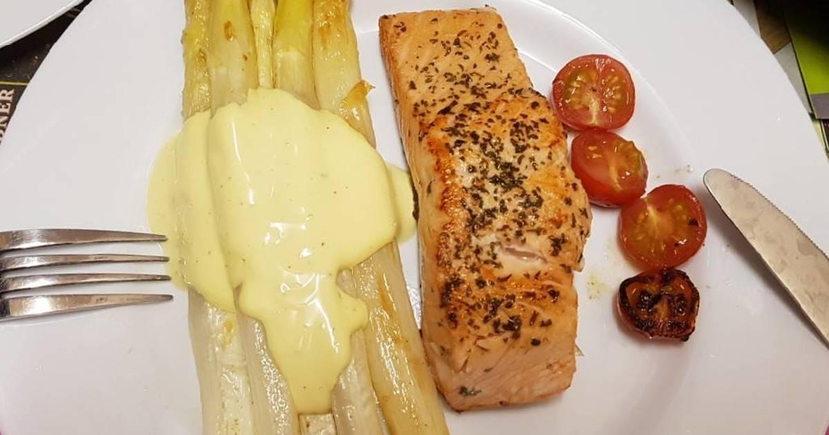 Cá hồi áp chảo và măng tây nướng