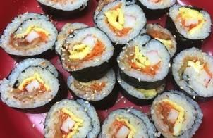 Cơm cuộn rong biển kim chi (김치김밥)