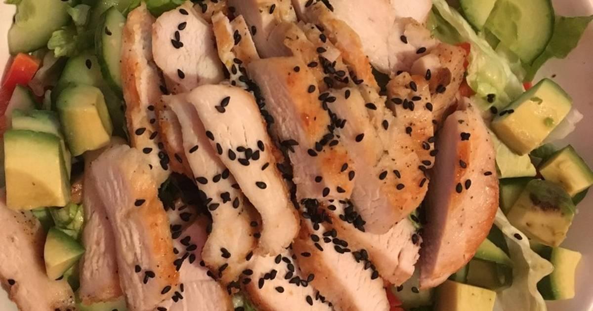 Salad rau quả trộn dầu dấm và ức gà áp chảo
