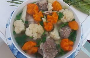 Canh bông cải, cà rốt nấu xương heo