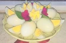 Bày trứng luộc dâng lễ