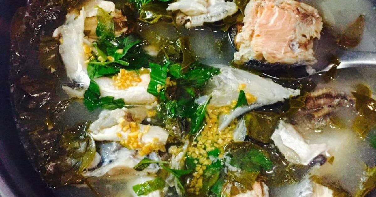 Lẩu đầu cá hồi nấu lá giang