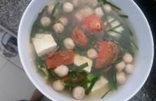 Canh cà chua, hẹ, nấm rơm nâú đậu hũ trắng (chay)