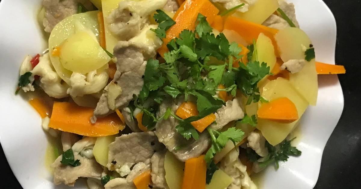 Thịt heo xào khoai tây, carot và nấm bào ngư