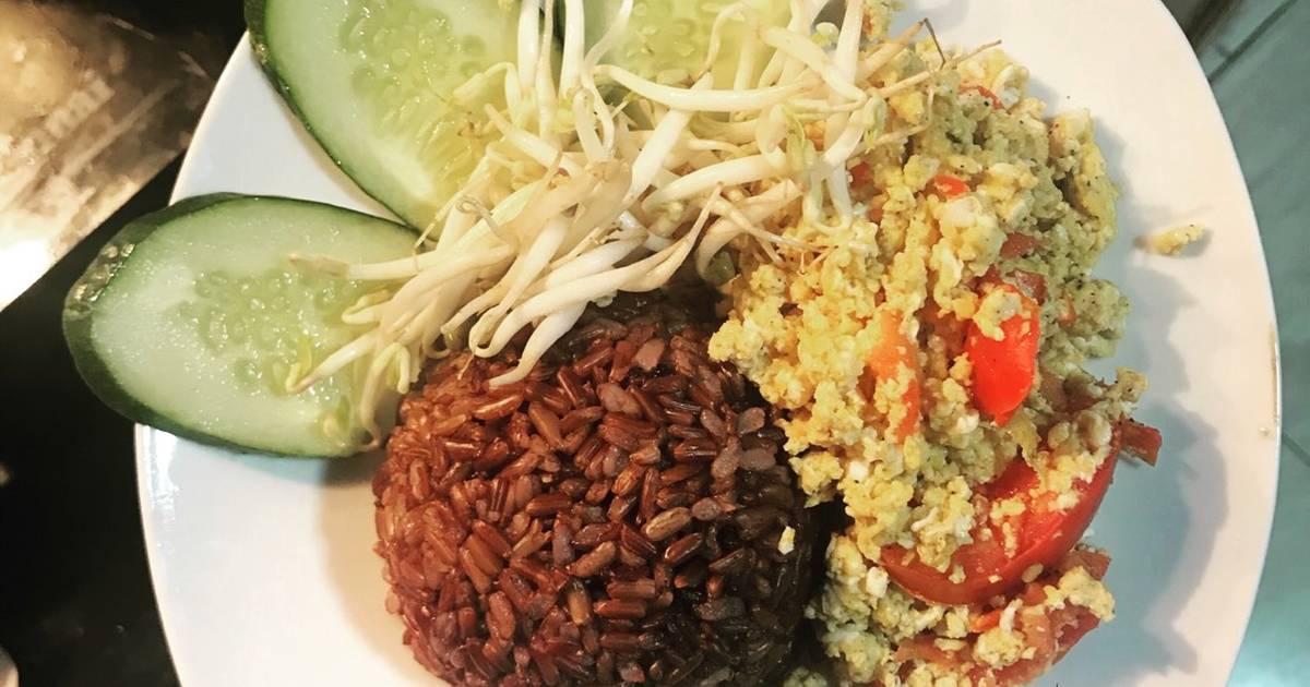 Cơm gạo lứt ăn với trứng xào nhanh gọn cho buổi sáng bận rộn