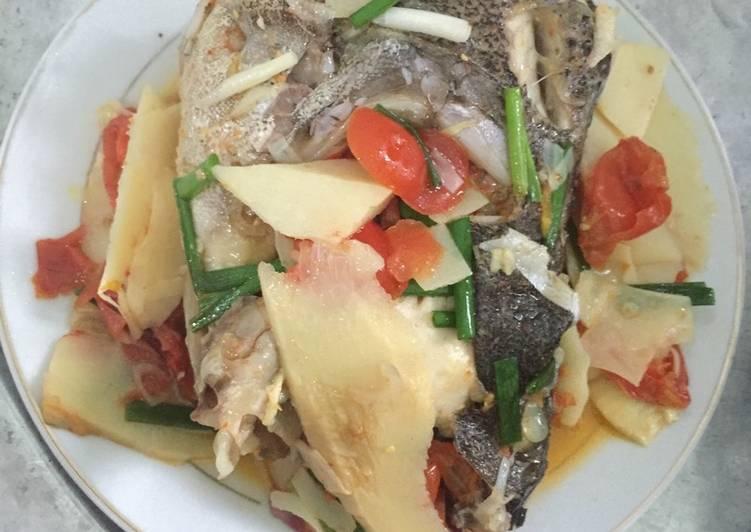 Cá song (cá mú) nấu măng chua