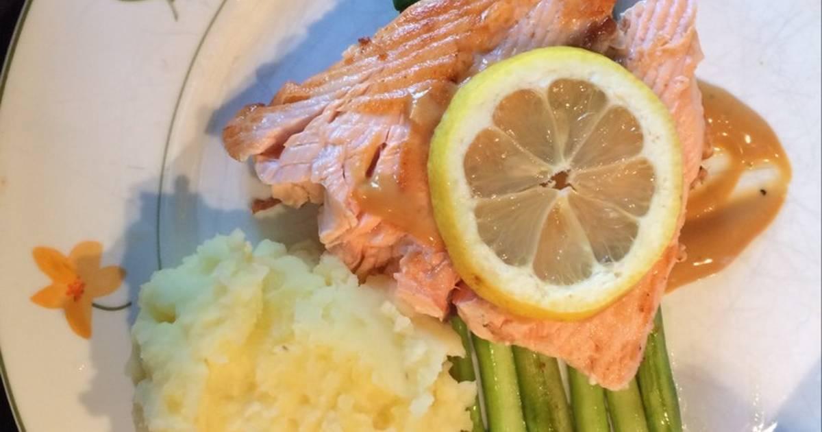 Cuối tuần: cá hồi chiên ăn kèm măng tây và khoai tây nghiền