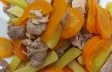 Ức gà xào khoai tây cà rốt