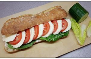 #cleaneating Bánh mì baguette kẹp phô mai Mozzarella và cà chua