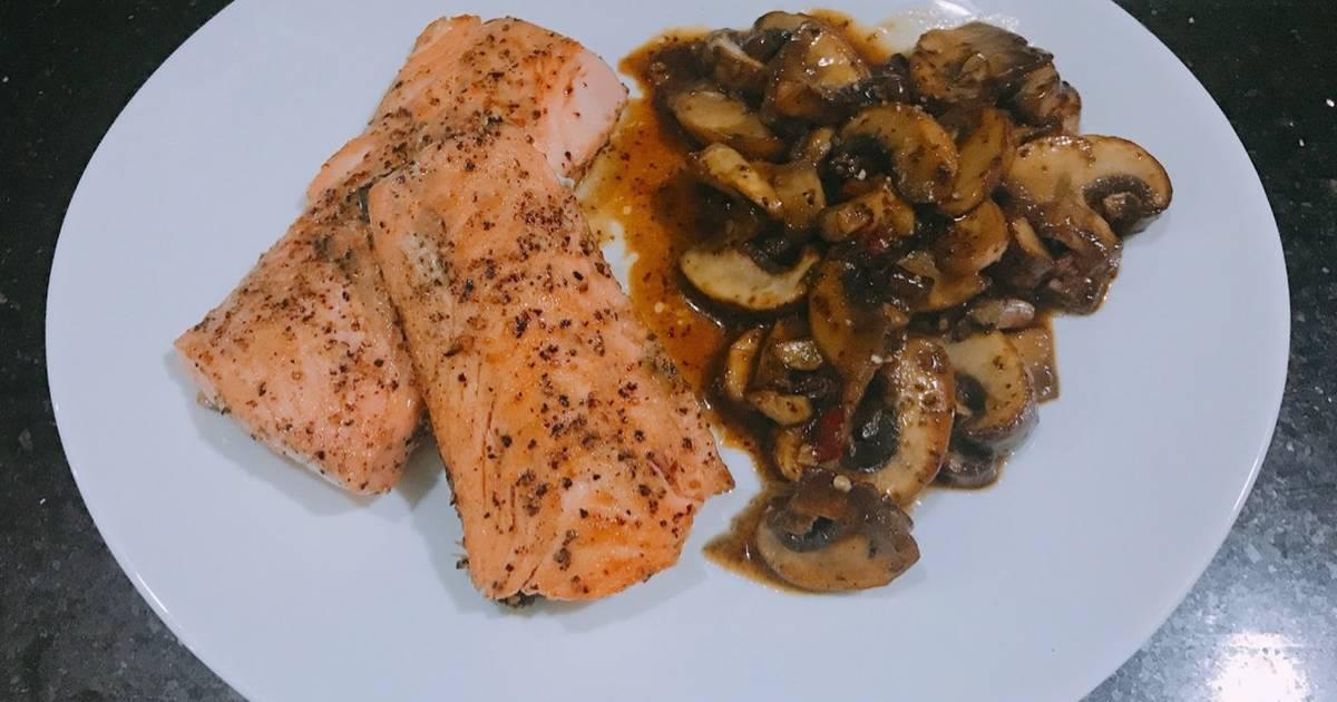 Cá Hồi Áp Chảo - ăn kèm Nấm Mỡ Sốt Tiêu Đen