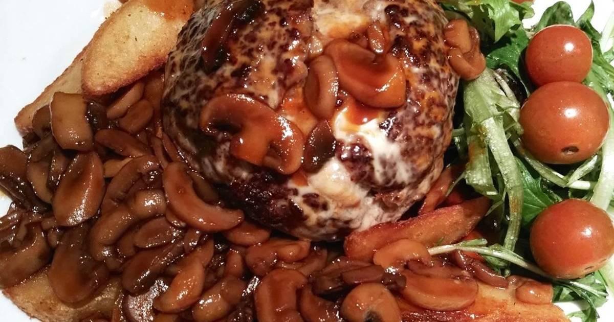Burger bò nhân phô mai sốt nấm