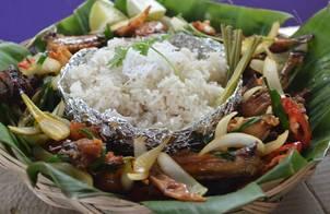 Gà kiến chiên nước mắm- xôi dừa