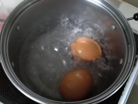 Salad xúc xích, trứng gà bước làm 2 hình