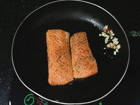 Cá Hồi Áp Chảo - ăn kèm Nấm Mỡ Sốt Tiêu Đen recipe step 4 photo