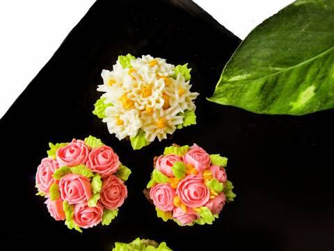 Những đóa hoa cupcake và công thức kem bơ bất bại recipe step 5 photo