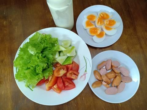 Salad xúc xích, trứng gà bước làm 1 hình
