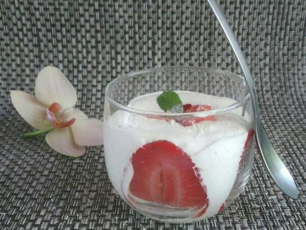 Mousse de coco aux fraises