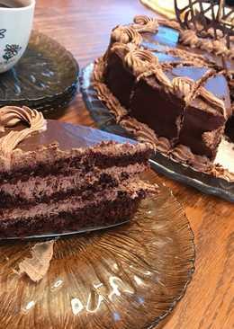 كيكة الشوكولا مع طبقات الصوص والكريمه