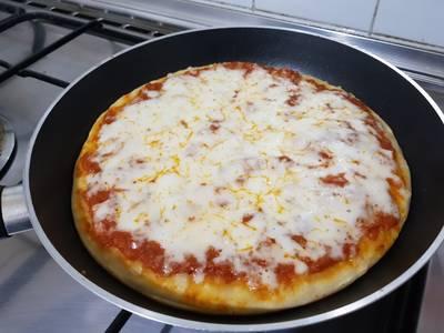 بيتزا المقلاة.... اخذت الطريقة من اليوتيوب