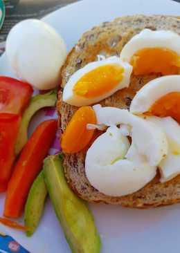 البيض المسلوق مع الطماطم والأفوكادو
