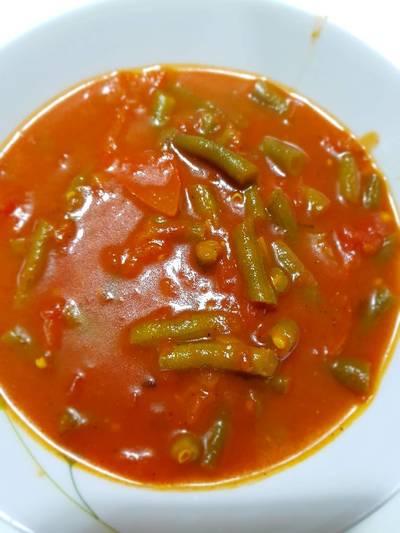 مرقة الفاصوليا الخضراء بالطماطم وزيت الزيتون