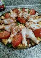 افخاذ دجاج مع الخضار في الفرن