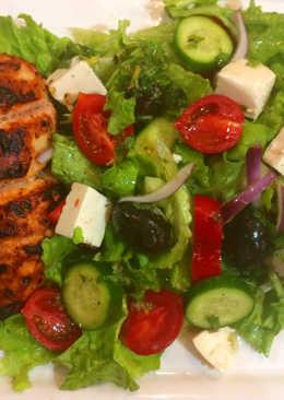 طبق السلطة اليونانية مع الدجاج