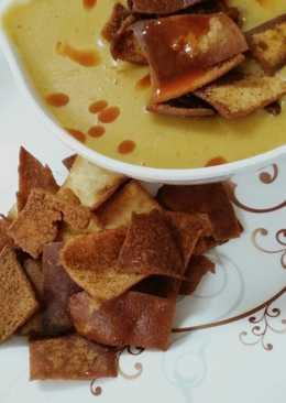 شوربة عدس وخبز عربي مقلي