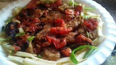 سمك مشوي بالفرن مع حلقات الطماطم والبصل