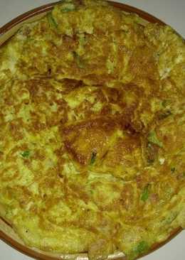 قرص البيض مع اللانشون و البصل الأخضر