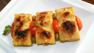 فطائر عجينة الفيلو الرقيقة باللحم المفروم والجبن