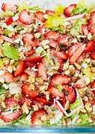 سلطة فراولة مع جبنة بارميزان و الجوز