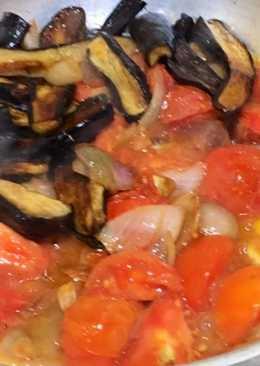 حمسة الباذنجان بالطماطم والبصل والثوم