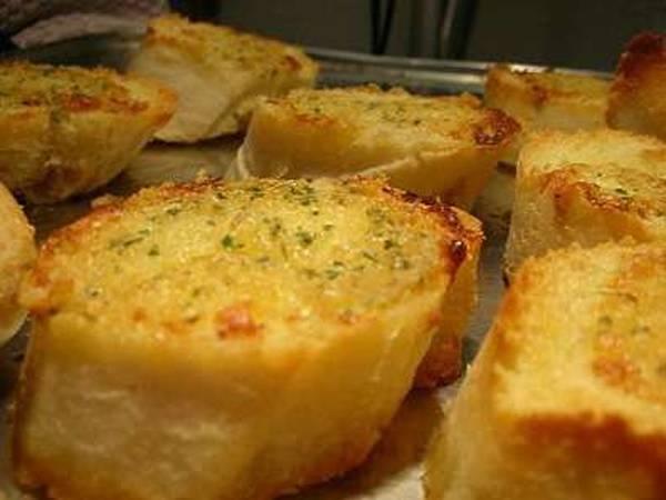 عيش بالثوم (خبز بالثوم)