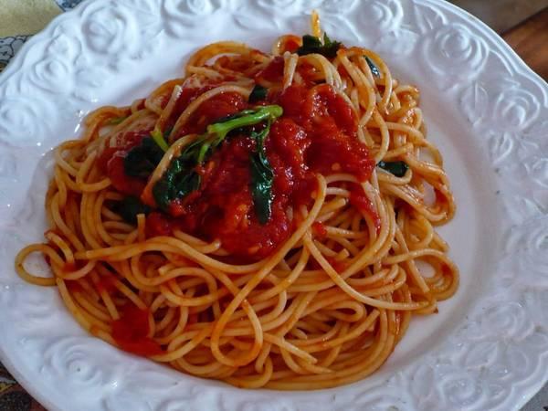 سباغيتي مع صلصة الطماطم على الطريقة الإيطالية