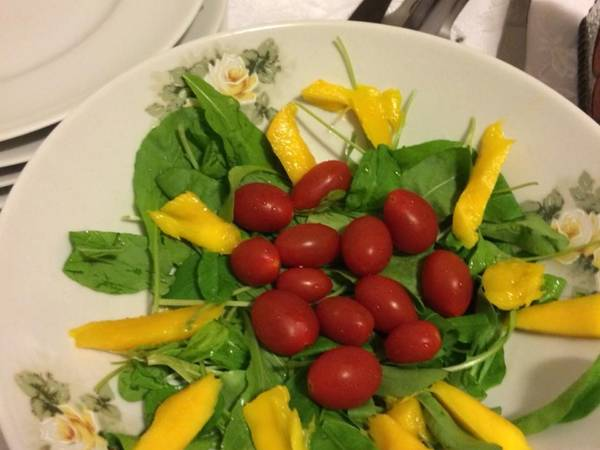 Salada de rúcula, tomate e manga