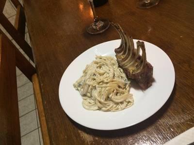 Espaguete ao gorgonzola e hortelã e carré de cordeiro no vinho
