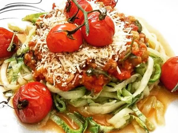 Spaghetti de Abobrinhas com molho de Tomates e Alhos Assados