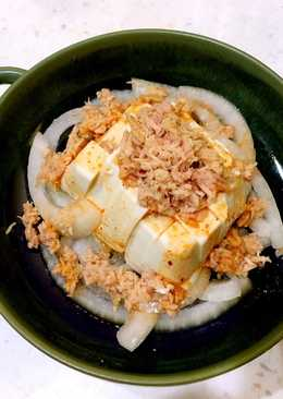涼拌鮪魚洋蔥沙拉佐泡菜醬汁