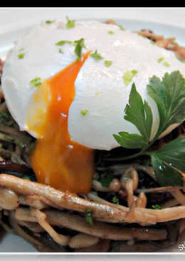 松露百菇水波蛋Stirfry mushrooms w/ poached egg