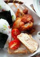 健康早午餐 ~ 青花菜火腿飯糰 + 香辣雞翅 + 甘筍玉子燒 + 莓果青葡萄水果沙拉