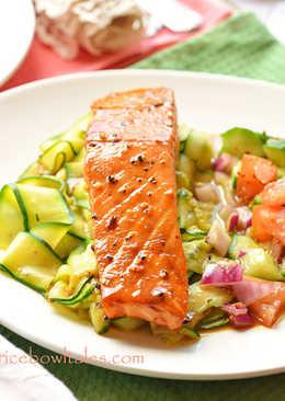 烤鮭魚伴炒胡瓜片與番茄莎莎