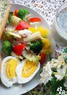 健康早餐 ~ 香蒜麵包 + 水煮蛋 + 蔬菜雞肉優格沙拉+ 黑芝麻豆奶