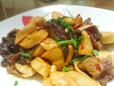辣豆瓣醬炒木耳麵腸