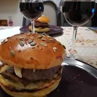 Hamburger al tartufo, funghi porcini, brie e salsa all'aglio