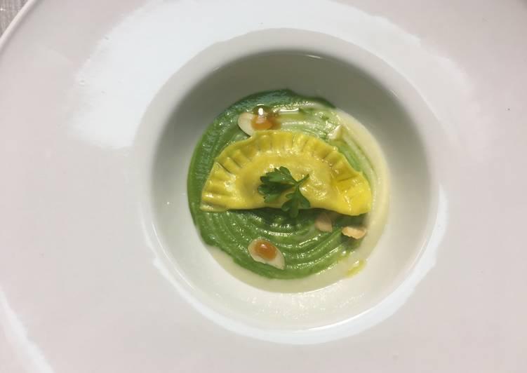 Raviolo classico con zucca su crema di cavolfiore, zucchine e mandorle