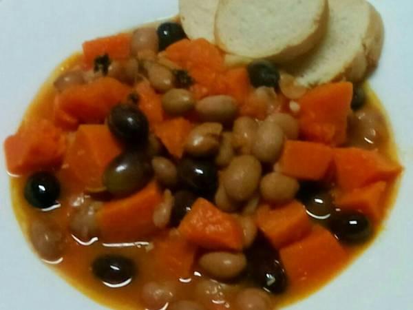 Zucca con fagioli borlotti e olive nere