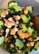 Insalata giapponese con cetrioli e gamberi